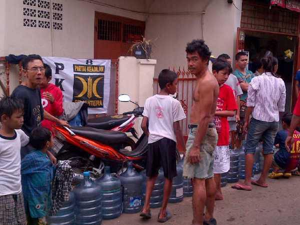 Korban banjir butuh air bersih, Posko PKS bagikan isi ulang air mineral gratis