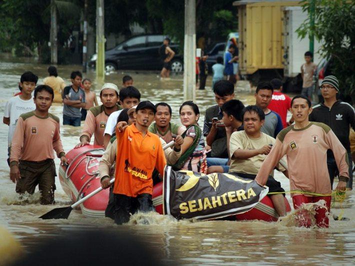 Siaga Banjir, PKS Bekasi Sigap Bantu Evakuasi Warga