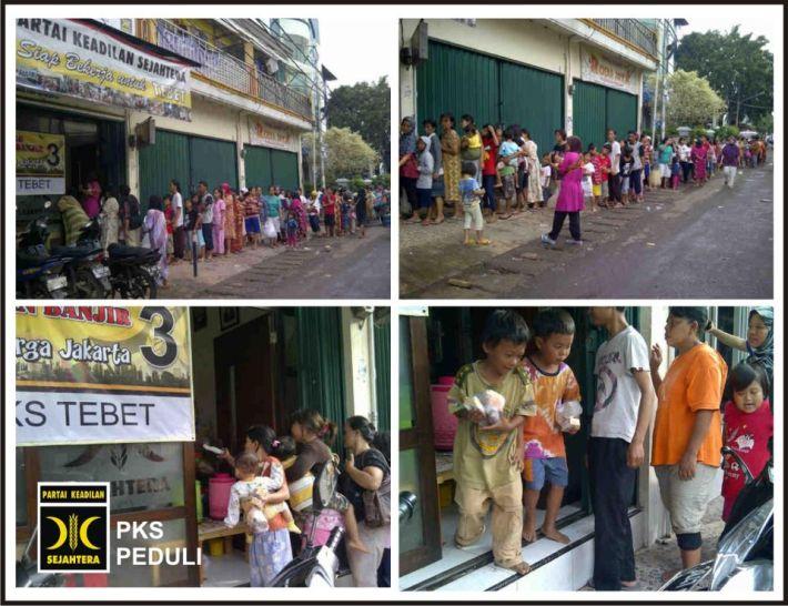 Panjangnya Antrian Warga di Posko PKS untuk Mendapat Sarapan Pagi